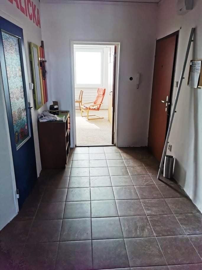 Nové Zámky - čiastočne prerobený 3-izbový byt