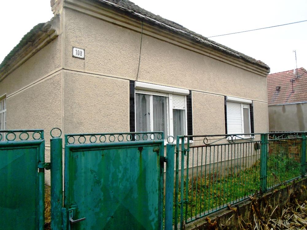Chotín - rodinný dom s veľkým pozemkom na predaj