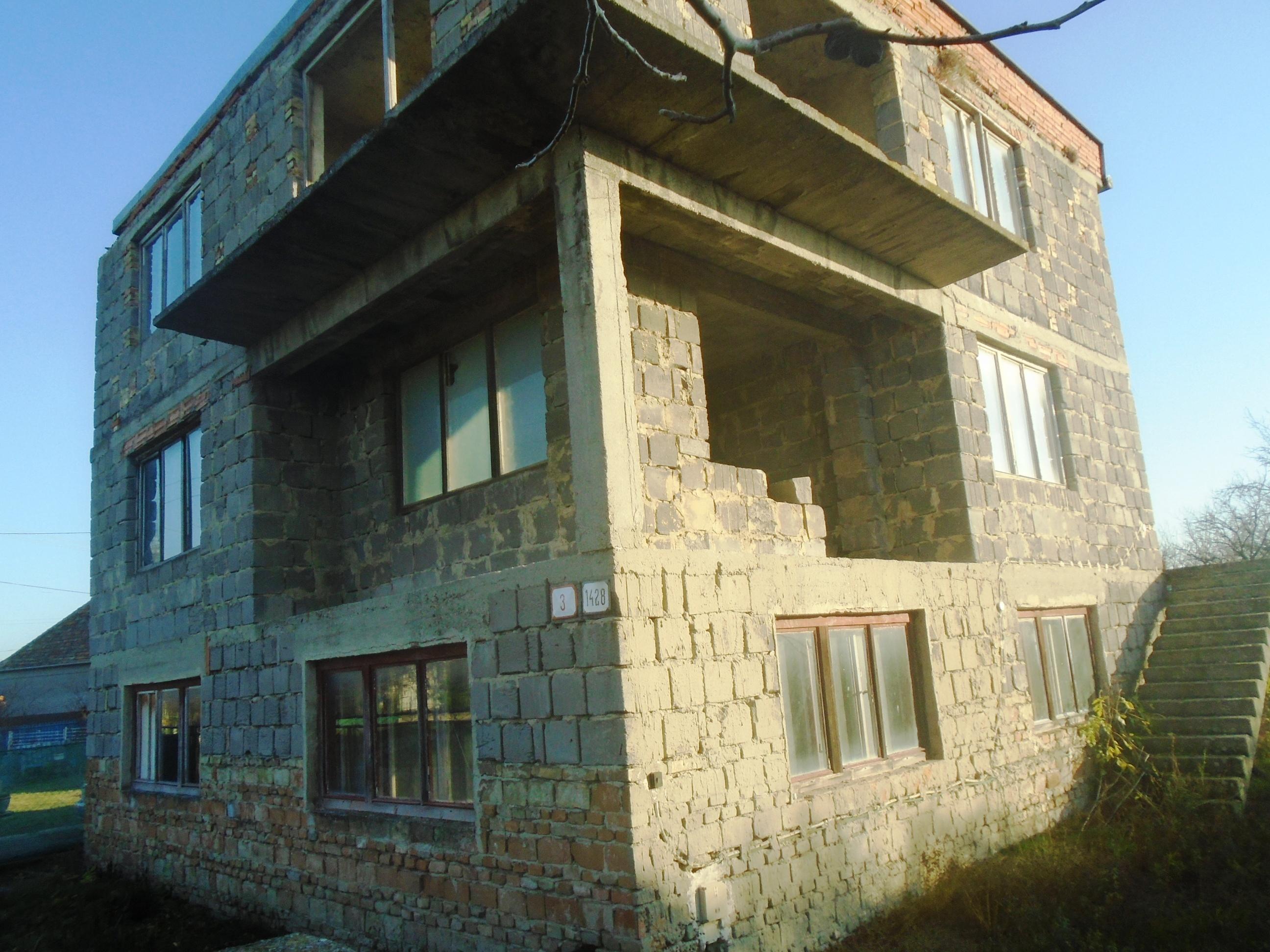 Nesvady - dvojposchodový dom na predaj