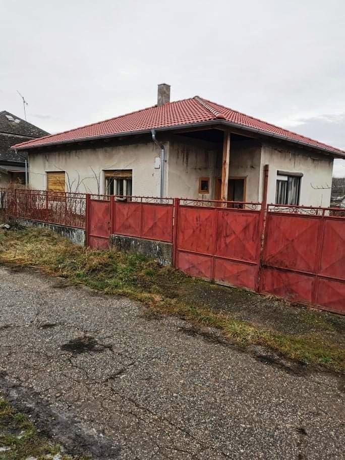 Svodín - dom s novou strechou na 12 á pozemku