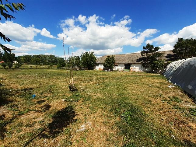 Trávnik - dom na 43 árovom pozemku